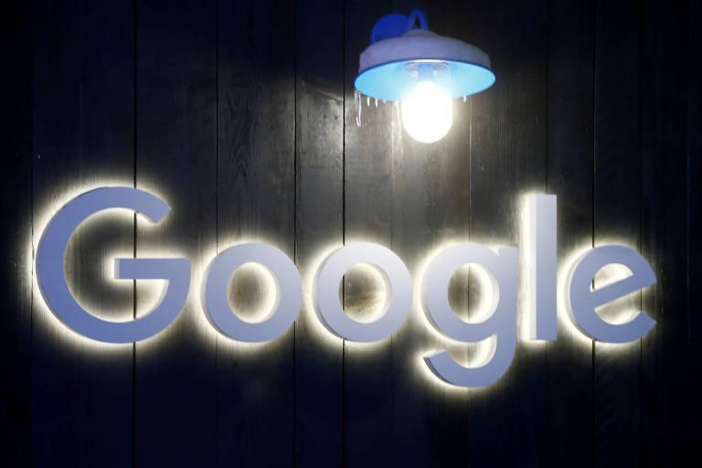 """Letreiro todo branco sob fundo de madeira escura em que se lê """"Google"""". Acima, uma lâmpada congelada pelo frio."""