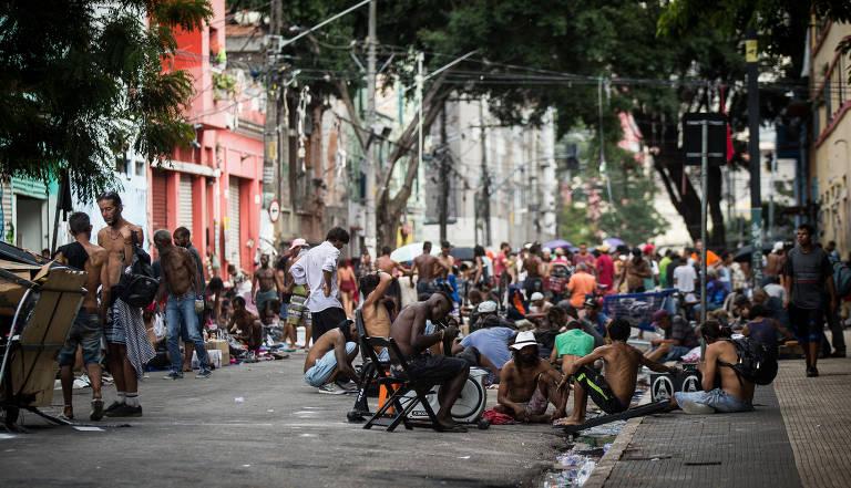 Dezenas de pessoas aglomeradas em rua da chamada cracolândia, no centro de SP