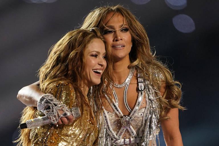 Shakira e Jennifer Lopez no palco erguido no Hard Rock Stadium, em Miami, no intervalo do Super Bowl