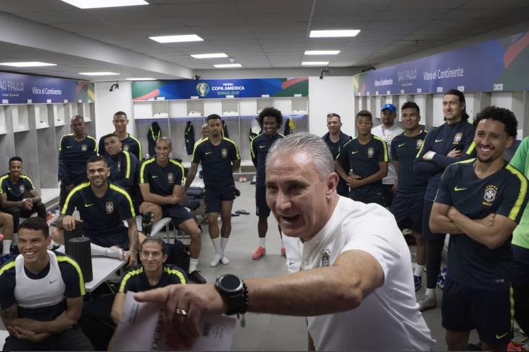 """Tite, com o elenco da seleção brasileira, em cena da série """"Tudo ou Nada: Seleção Brasileira"""""""