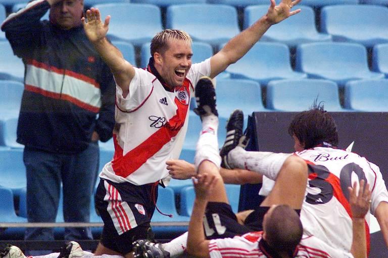 Coudet celebra gol contra o Boca na Bombonera e é acompanhado por D'Alessandro (deitado) e Cavenaghi (camisa 30)