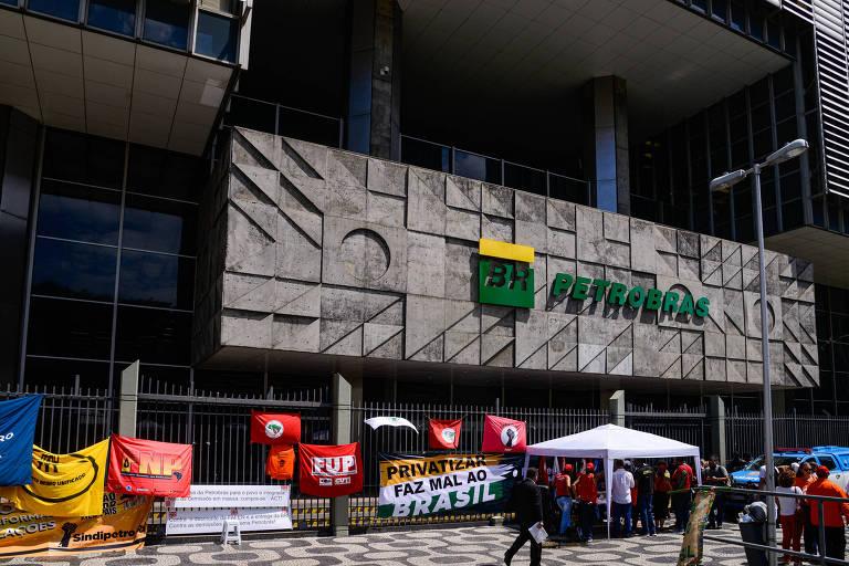 Petroleiros grevistas iniciam vigília em frente à sede da Petrobras