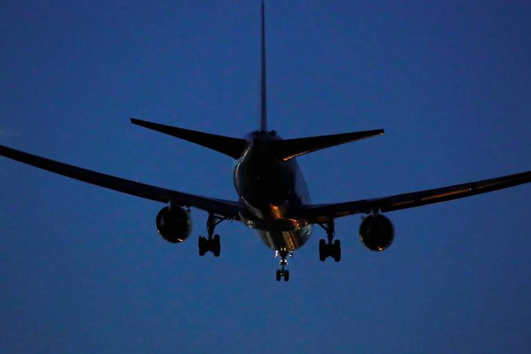 O Boeing 767 da Air Canada faz pouco de emergência no aeroporto de Barajas, em Madri