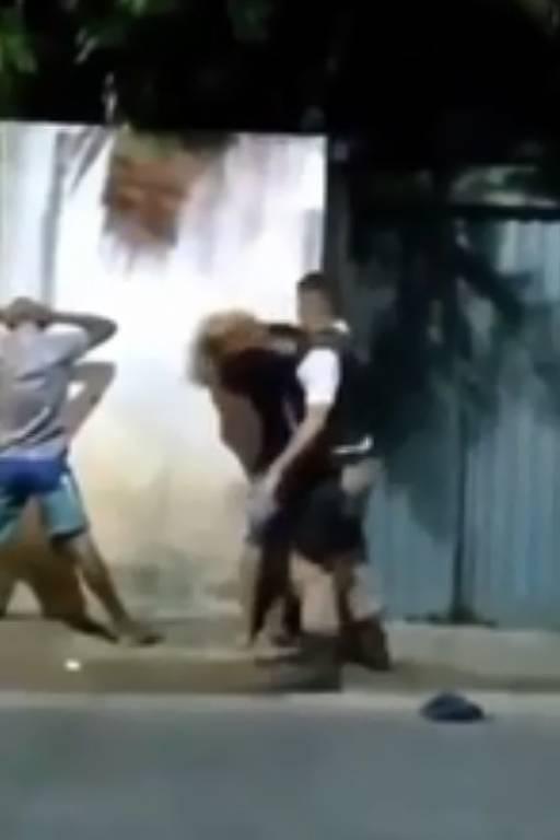 Policial agride jovem na periferia de Salvador (BA)