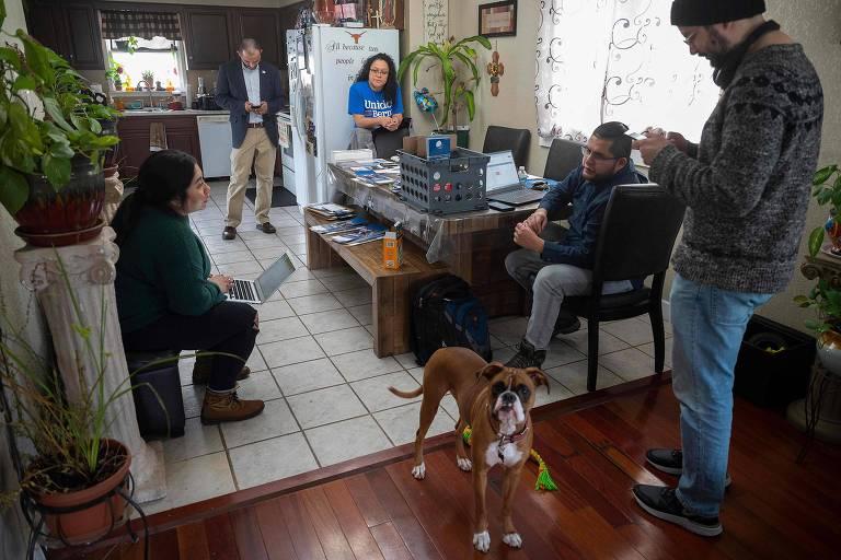Representantes da comunidade latina se reúnem com voluntários da campanha de Bernie Sanders antes do caucus de Iowa