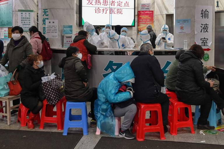 Pessoas aguardam atendimento médico em Wuhan, cidade epicentro da epidemia de coronavírus, na China