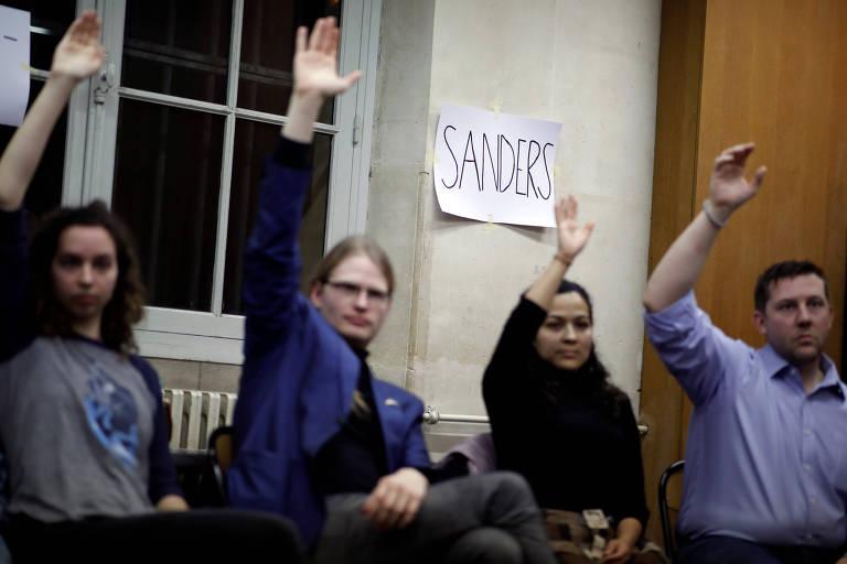 Eleitores escolhem seus candidatos durante um caucus satélite em Paris