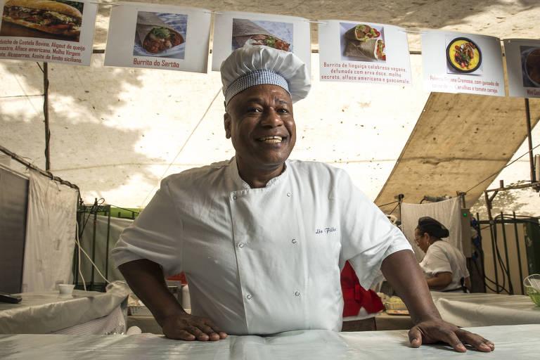Chef Léo Filho cria barraca de sanduíche na praça Benedito Calixto, em Pinheiros