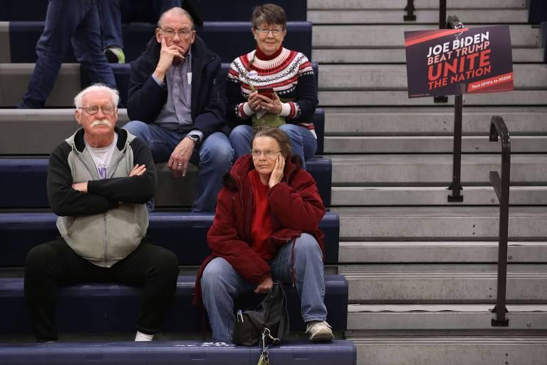 Apoiadores de Joe Biden durante caucus no ginásio da escola secundária Roosevelt, em Des Moines, no estado de Iowa