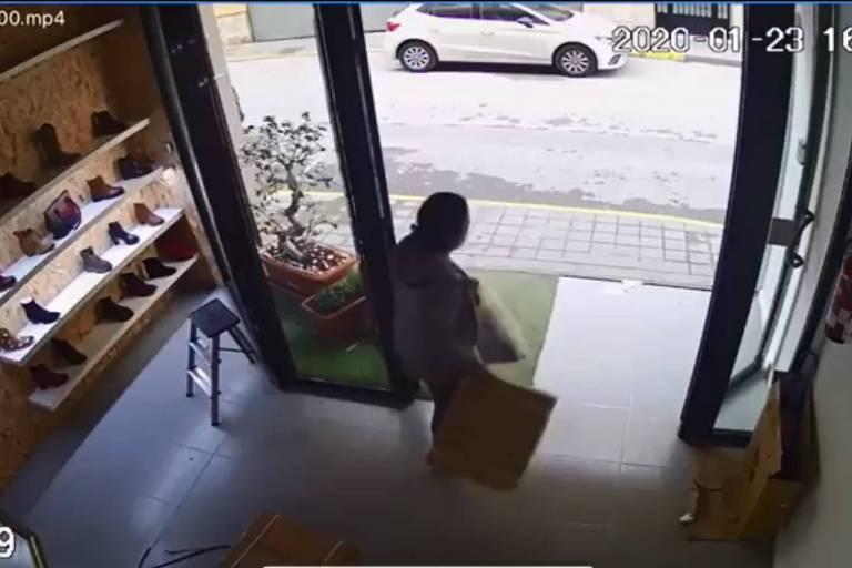 Mulher é flagrada roubando vibradores
