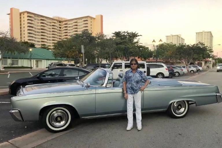 Roberto Carlos com seu novo carrão, como diz a música Festa de Arromba: um Chrysler Imperial 1965