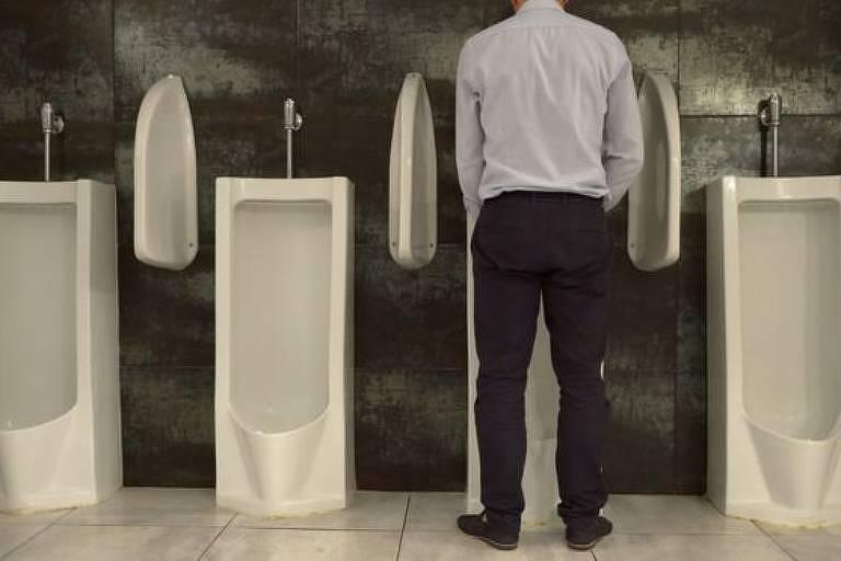 No Ocidente, os homens são culturalmente acostumados a urinar em pé