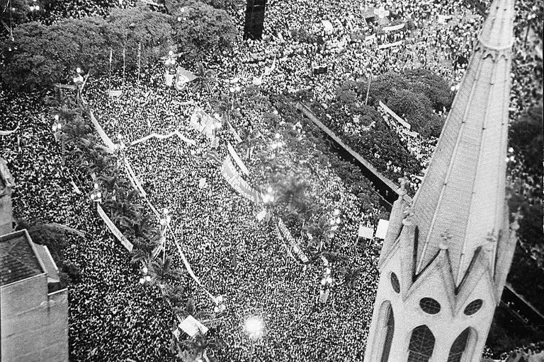 foto aérea em preto e branco de multidão reunida em torno da catedral da sé