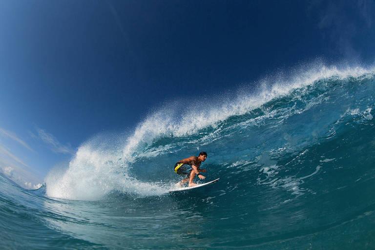 """Cena do filme """"Gabriel Medina"""", sobre o vida e carreira do surfista brasileiro, na qual ele pega uma onda"""