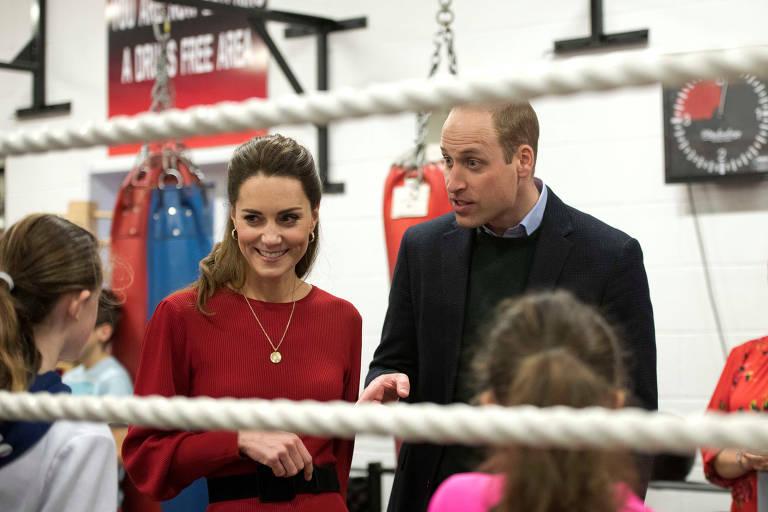 Príncipe William e Kate Middleton visitam clube de boxe na Inglaterra