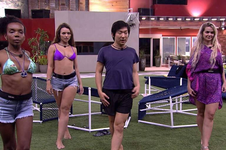 Pyong Lee ensina coreografia de Iza para meninas da casa