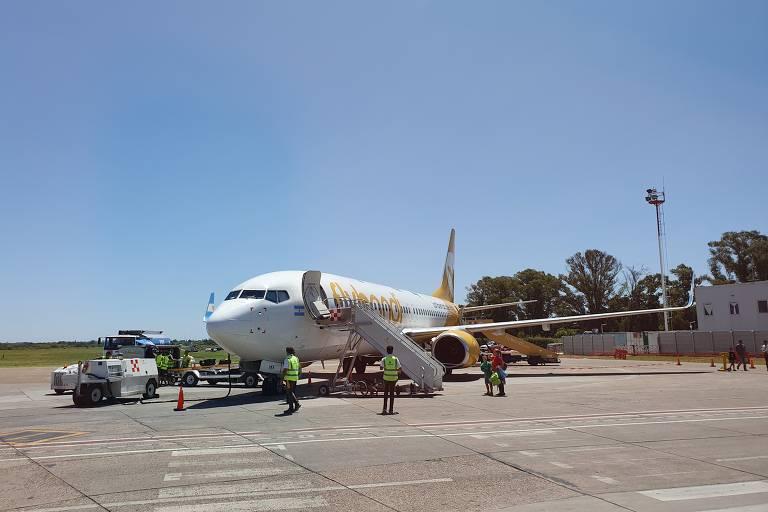 Avião da Flybondi, um Boeing 737-800 NG, no aeroporto El Palomar