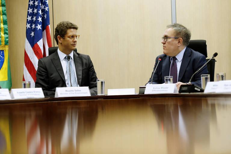 O ministro do Meio Ambiente do Brasil Ricardo Salles e o administrador da EPA (Agência de Proteção Ambiental dos EUA) Andrew Wheeler participaram de uma cerimônia para assinar um memorando de entendimento sobre cooperação em sustentabilidade urbana em Brasília