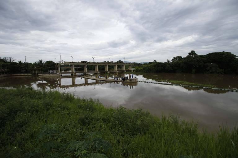 Agentes da Cedae fazem inspeção na Estação de Tratamento de Água Guandu, em Nova Iguaçu