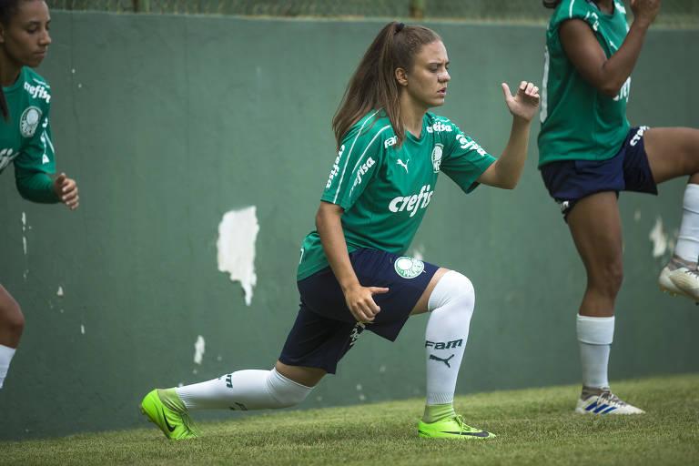 Stefany Krebs, 21, jogadora do Palmeiras, durante treino no estádio Nelo Bracalente, em Vinhedo, onde treina e joga a equipe feminina do time alviverde