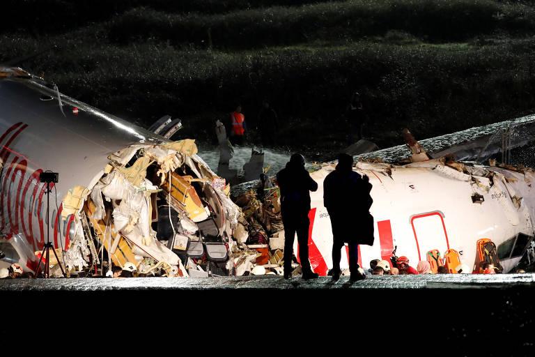 Aeronave da Pegasus Airlines se partiu em três depois de escapar da pista no aeroporto Sabiha Gokcen