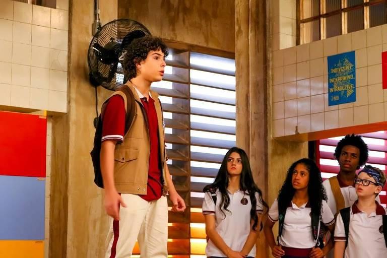João escuta alguns alunos falando mal de Marcelo e o defende em frente a todos