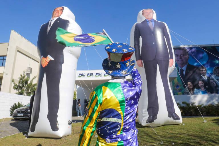 PSL usou verba pública até para fazer bonecões infláveis de Bivar e Bolsonaro