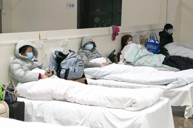 Pacientes infectados com o novo coronavírus descansam em um hospital improvisado convertido de um centro de exposições em Wuhan, província de Hubei, na China central, em 5 de fevereiro 2020. O hospital tem capacidade para aproximadamente 1.600 leitos