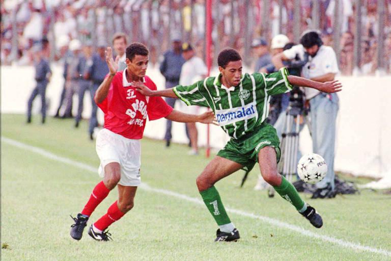 O Mogi Mirim, ainda com Capone e Leto, desafia o quase imbatível Palmeiras de 1996, com Júnior (foto), Djalminha, Rivaldo e Müller, em partida do Campeonato Paulista