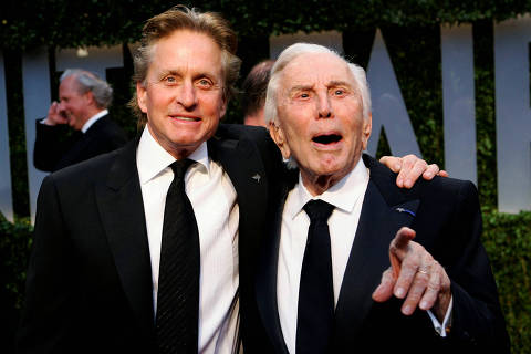 FILE PHOTO: Actor Michael Douglas (L) and his father, actor Kirk Douglas, arrive together at the 2009 Vanity Fair Oscar Party in West Hollywood, California February 22, 2009. REUTERS/Danny Moloshok/File Photo ORG XMIT: SIN100