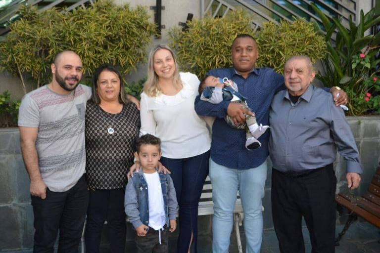 O aposentado Francisco José de Oliveira (1938-2020) com os netos, filhos e mulher