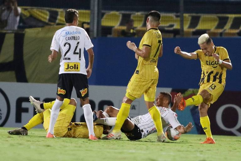 Janderson leva bolada de rival do Guaraní no duelo de estreia do Corinthians na fase prévia da Libertadores, no Paraguai