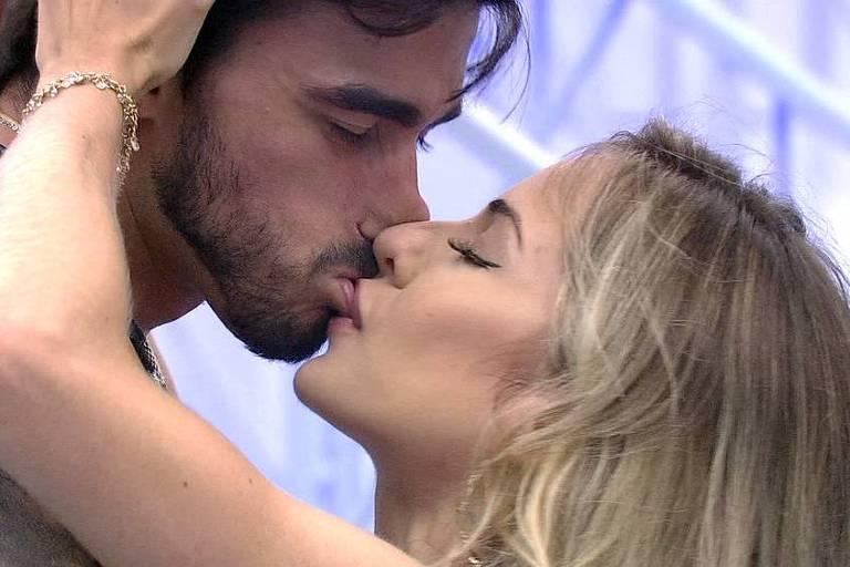 Gabi e Guilherme se beijam na Festa do Líder
