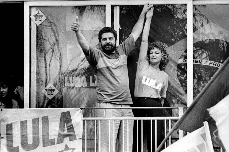 O candidato à Presidência da República Luiz Inácio Lula da Silva ergue o braço de sua esposa, Marisa Letícia Lula da Silva, durante a campanha de 1989