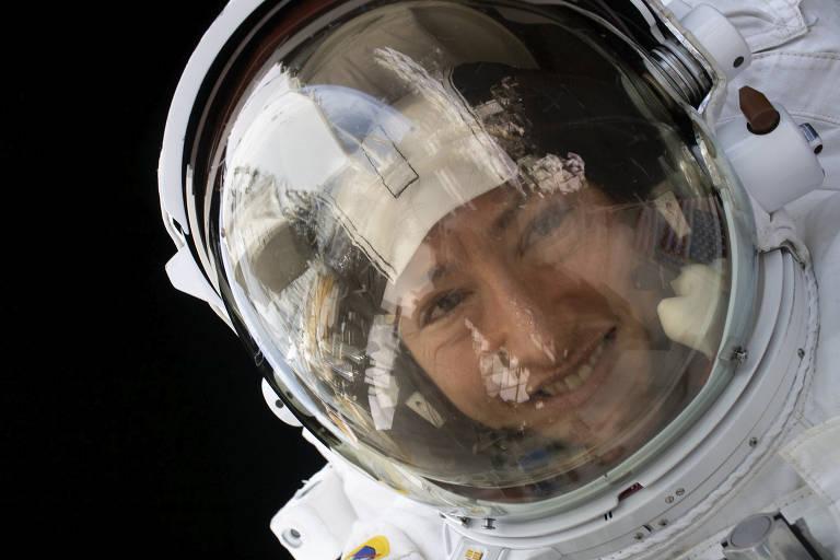 Koch durante caminhada espacial em janeiro de 2020; antes de retornar à Terra, ela disse que sonha em inspirar a futura geração de exploradores.