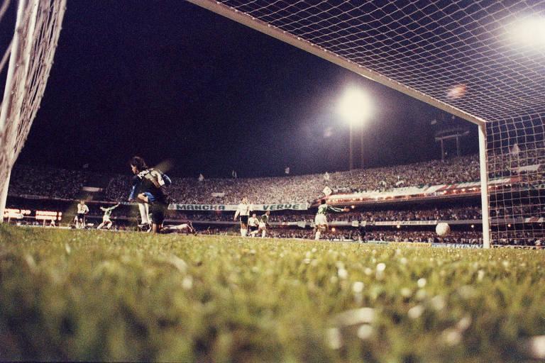 bola entrando no gol, passando pelo goleiro