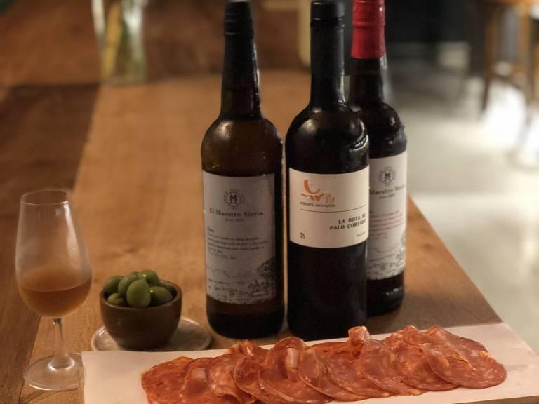 Vinhos e tábua de frios do Elevado Bar