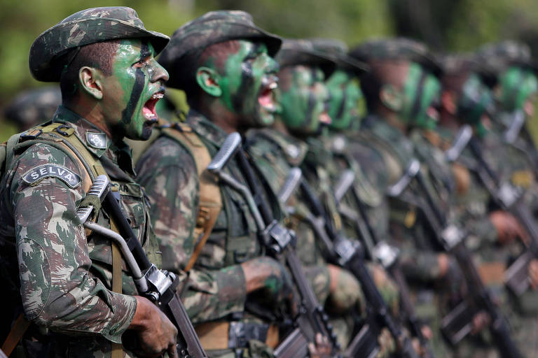 Soldados brasileiros durante exercício na Amazônia, perto da fronteira com a Colômbia
