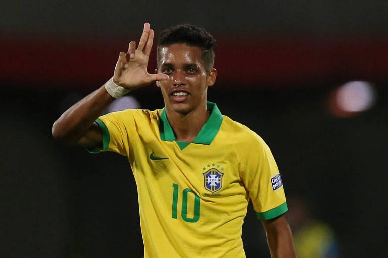 Pedrinho, meia do Corinthians, comemora gol após falha do goleiro Arruabarrena. A arbitragem confirmou gol contra do jogador uruguaio