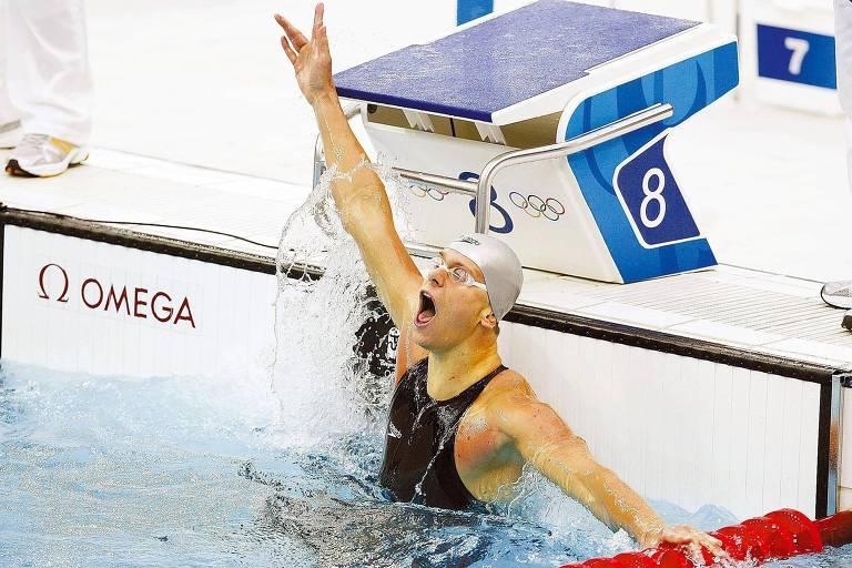 Cesar Cielo festeja ao conquistar a medalha de bronze na prova dos 100 m livre na Olimpíada de Pequim-2008 com seu traje tecnológico