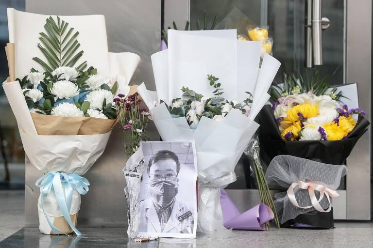 Pessoas homenageiam médico morto que alertou sobre coronavírus; veja fotos de hoje