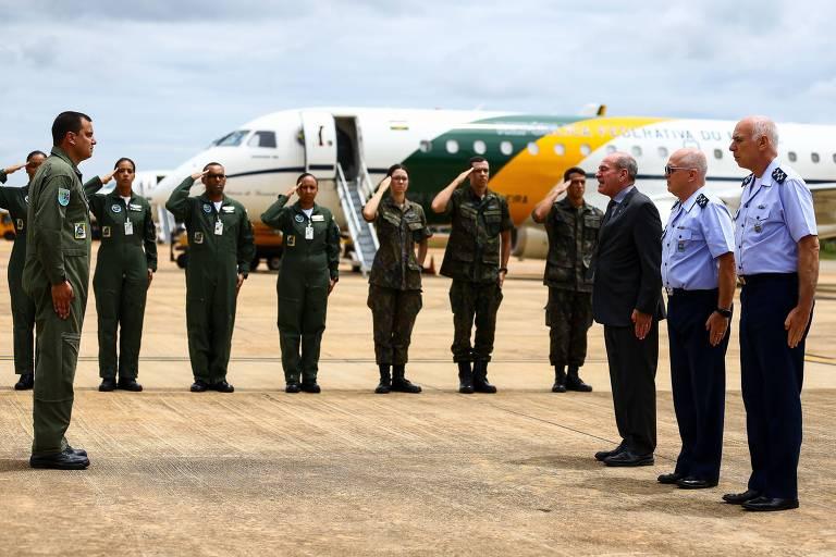 O Ministro da Defesa, Fernando Azevedo e Silva, e o Comandante da Aeronáutica, Tenente Bridadeiro do Ar Antonio Carlos Moretti Bermudez, acompanham a preparação dos aviões da Força Aérea Brasileira que decolam de Brasília para buscar brasileiros que estão em Wuhan, na China