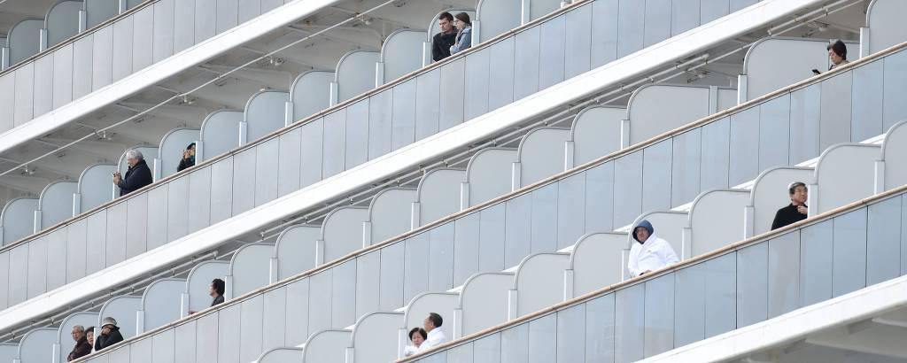 Pessoas em sacada de navio