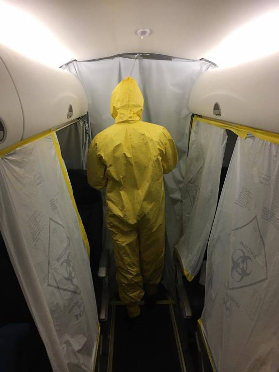 A equipe médica do IMAE (Instituto de Medicina Aeroespacial) prepara o avião para realizar a triagem dos brasileiros que serão evacuados de Wuhan, na China