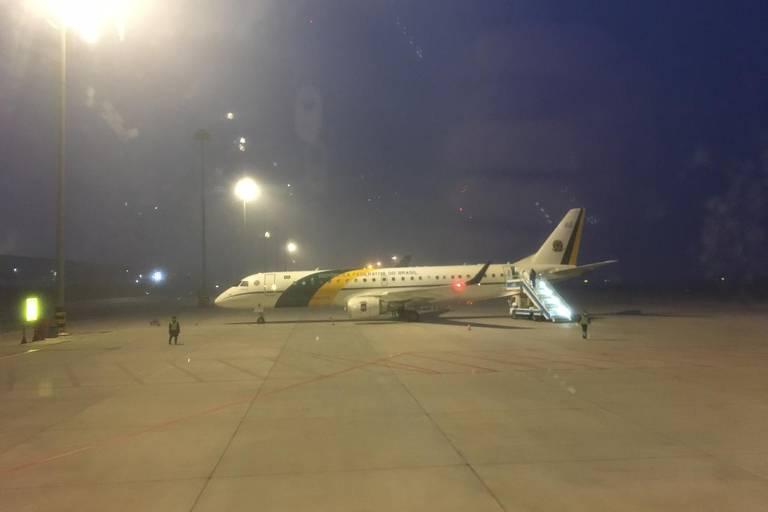 Primeiros minutos de uma das aeronaves VC-2 da FAB em solo chinês, na cidade de Urumqi, onde pararam para reabastecer a caminho de Wuhan