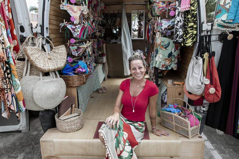 Fernanda Mosquini, 38, é dona de uma marca de biquínis  e os vende na van