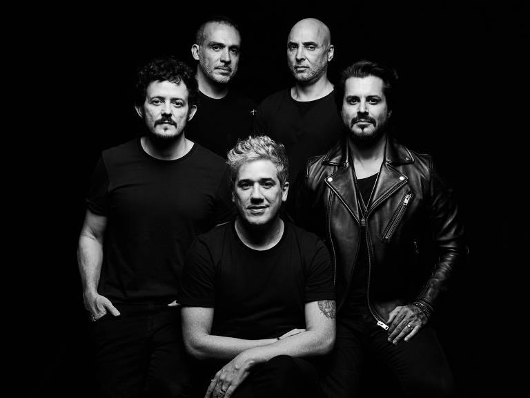 cinco homens de preto em foto preto e branco