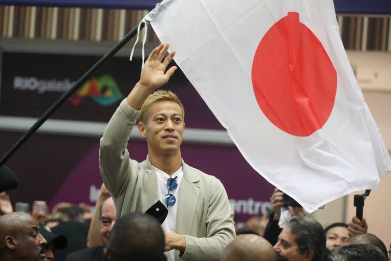 Meia japonês Honda é recebido por torcedores do Botafogo