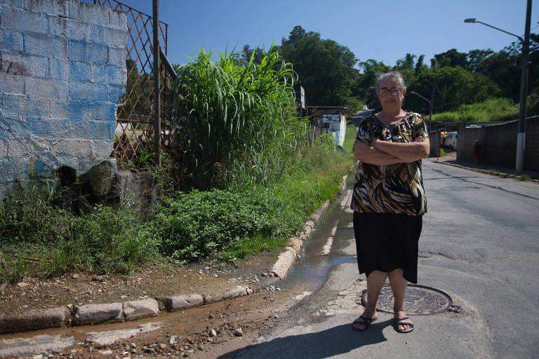 Rosangela de Moraes diz que mato tomou conta de calçada e, por isso, precisa andar no meio da rua