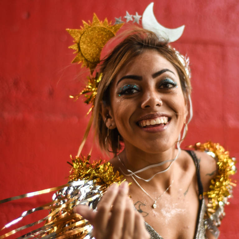 Karina Souza faz tiaras e adereços de cabeça para vender e complementar sua renda